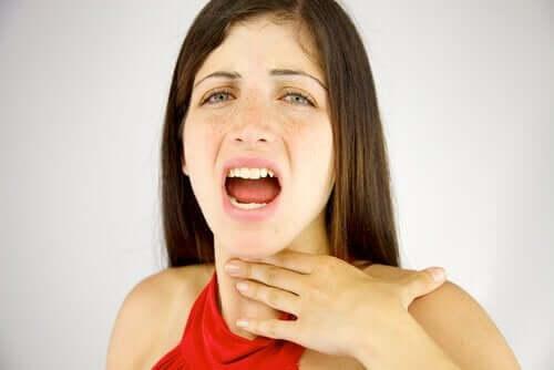 목의 고통을 호소하는 여성