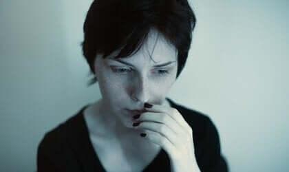 걱정이 있어보이는 어두운 분위기의 여성 : 히스테리성