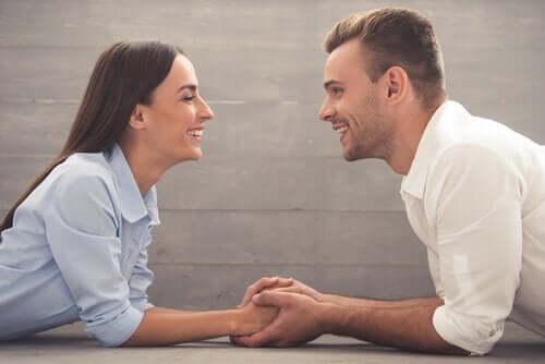 마주보고 웃는 커플