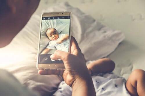 소셜 미디어에 자녀의 사진을 공유하는 것의 위험성
