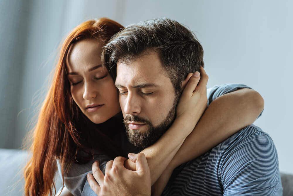 포옹하는 커플