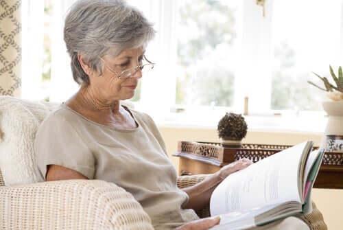 독서하는 중후한 여성