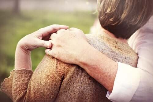 성은 평생동안 지속된다: 다정한 노인 커플