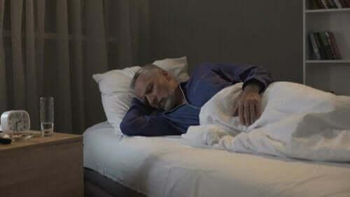 수면장애와 신경퇴행성 질환 - 잠자는 남자 노인