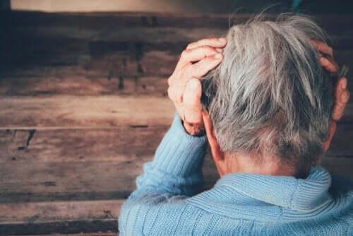 수면장애와 신경퇴행성 질환 - 머리에 손을 대고 있는 노인