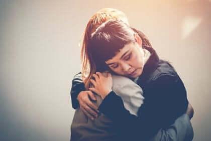 포옹하는 두 여인