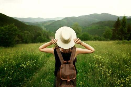 붙잡고 있는 것이 놓아주는 것보다 더 아프게할 뿐이다: 여행을 떠나는 여성