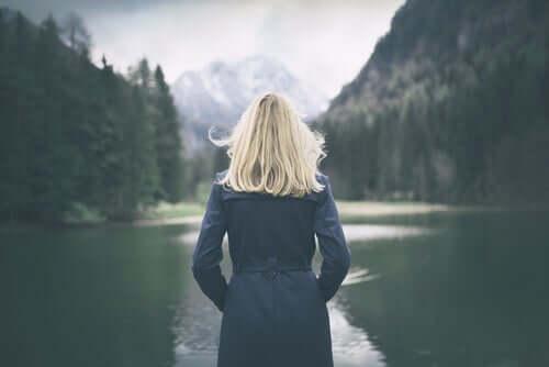 혼자 호수를 바라보는 여자