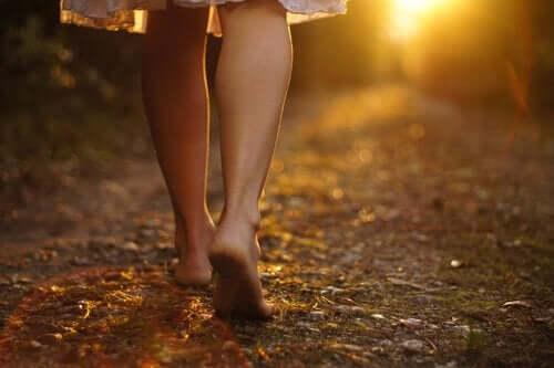 존재의 위기-맨발로 걸어가는 여성