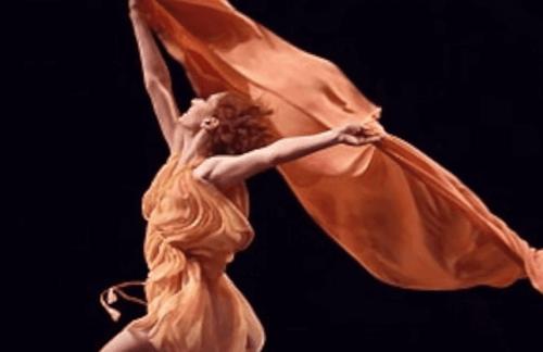 스카프와 춤추는 이사도라 던컨