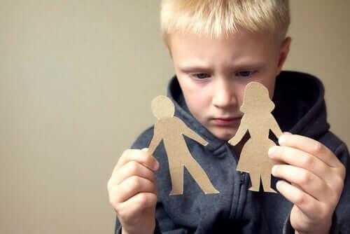공동 양육권: 가족 모양 종이를 든 아이