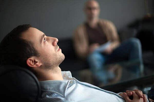 수면마비 MR 요법 - 누워서 천장을 바라보는 남성