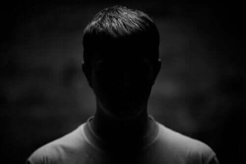 악의 과학 어둠 속의 한 남성