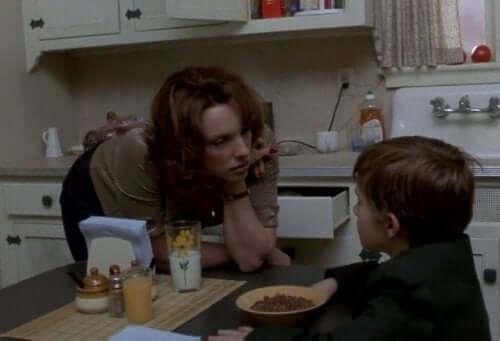 식스 센스 - 식탁에 앉은 콜과 엄마