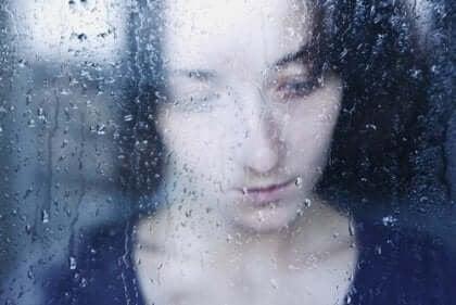 나르시시스트 - 비가 내리는 창가의 여성