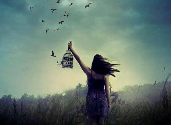 자유로운 새를 바라보는 여성