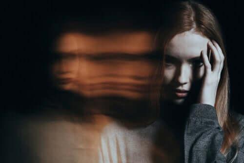 편집증 - 자기 자신으로부터 멀어지는 환각을 경험한 여자