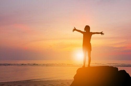 해를 보며 해방감을 느끼는 여성