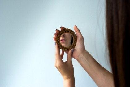 나르시시즘 - 거울을 보고 있는 여성
