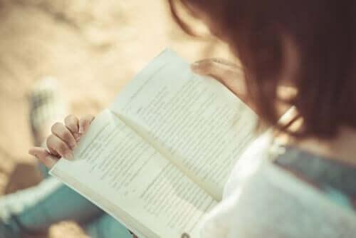 독서의 이점: 책을 읽고 있는 여성 1
