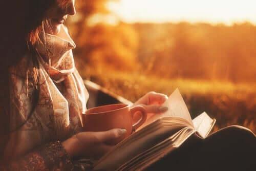 독서의 이점: 책을 읽고 있는 여성 2