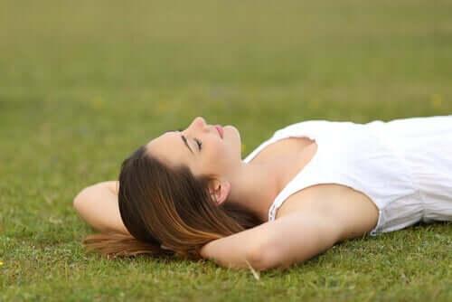 일과 삶의 균형 - 잔디에 누워 있는 여성