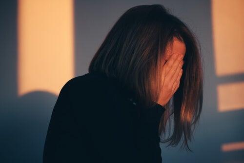 도비 효과 - 죄책감을 느끼는 여성 2