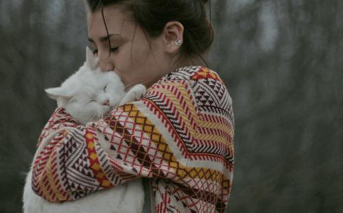 카마 무타 - 사랑하는 고양이를 안고 있는 여성