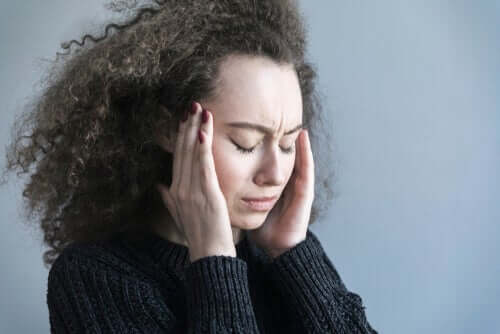 걱정이 두뇌에 미치는 영향 - 머리를 누르고 있는 여성