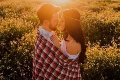 관계에서 독립성 유지하기 - 서로 안고 있는 커플