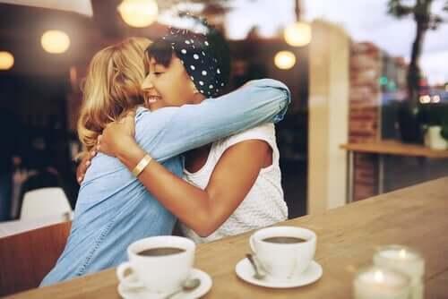 새로운 기술 - 포옹하는 두 여성