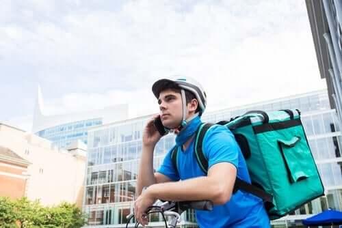 긱 경제 - 자전거를 타고 전화하는 남자