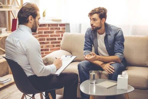 테라피에서 보여지는 저항 심리: 어떻게 해결해야 할까?: 치료를 받고 있는 남성