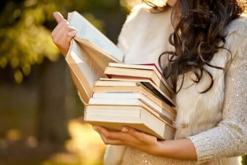 관계에서 독립성 유지하기 - 책을 들고 있는 여성