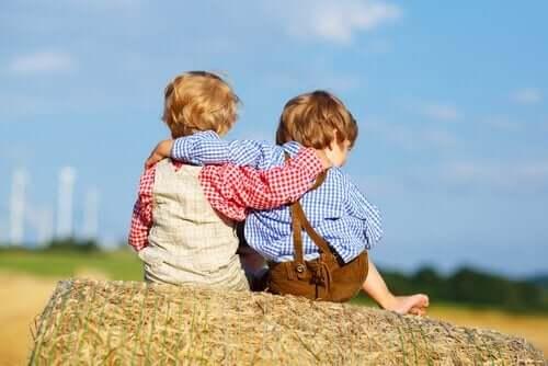 아이들에게 사과하는 것에 대한 중요성 - 어깨동무하고 있는 아이 둘