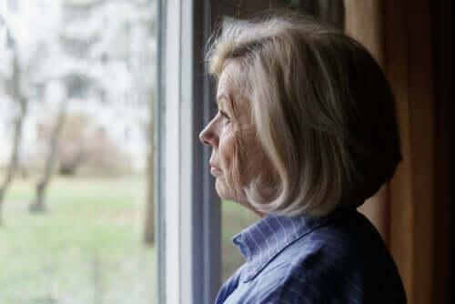 편견에 관한 짧은 이야기: 창밖을 보고 있는 여성