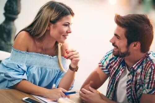유혹에 쉽게 넘어가지 않는 여성은 과연 더 매력적일까?