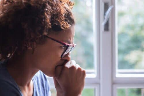 습관 - 고민하는 여성