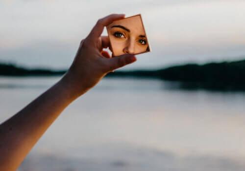 관계형 스타일 - 거울을 비추고 있는 여성