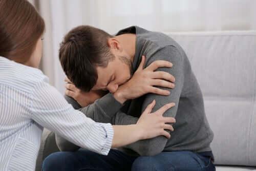 우울증 진단 - 괴로워하는 남자와 달래주는 여자