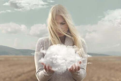 심리학을 이해하는 7가지 방법 - 구름을 들고 있는 여자