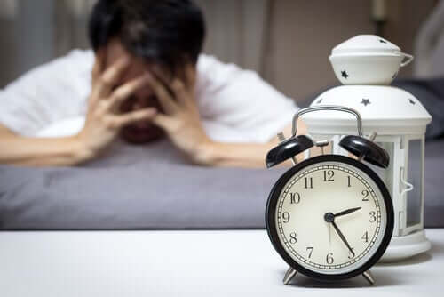 불면증 약리 치료: 정의 및 유형 - 한밤중에 괴로워하는 남자