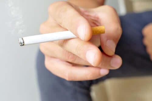 흡연은 COVID-19 합병증의 위험을 증가시킨다 01