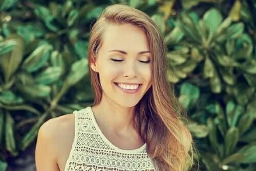 평온한 마음 - 웃고 있는 여성