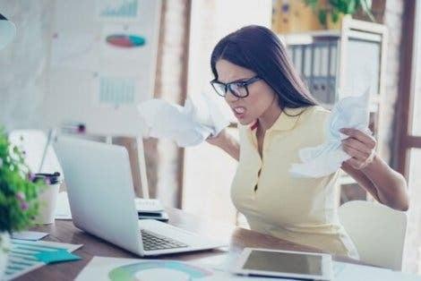 직장에서 피해야 할 4가지 부정적인 태도