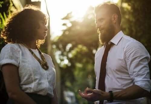 갈등 해결을 위한 확고한 기술 - 대화를 하고 있는 커플