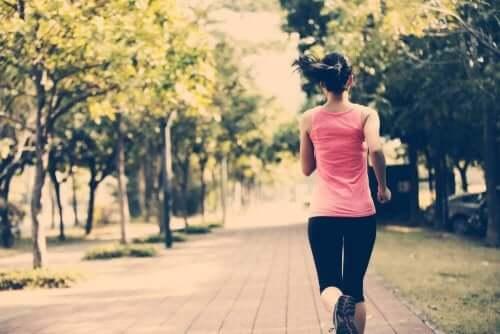 공원에서 달리는 여성