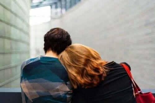 왜 내가 가장 사랑하는 사람들이 나에게 상처 주는가?: 왜-서로-에게-상처-받았는지를-말하며-기대고-있는-두-사람
