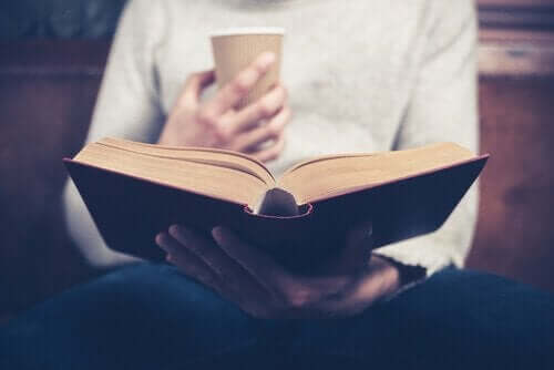 책-을-읽는-한-여성