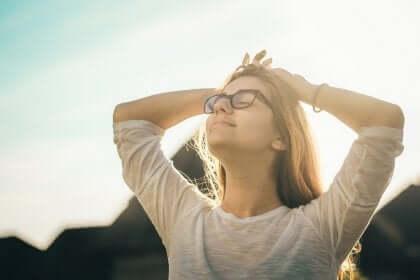 행복해지기 위한 8가지 쇼펜하우어 법칙: 눈-감고-심호흡-하는-여성